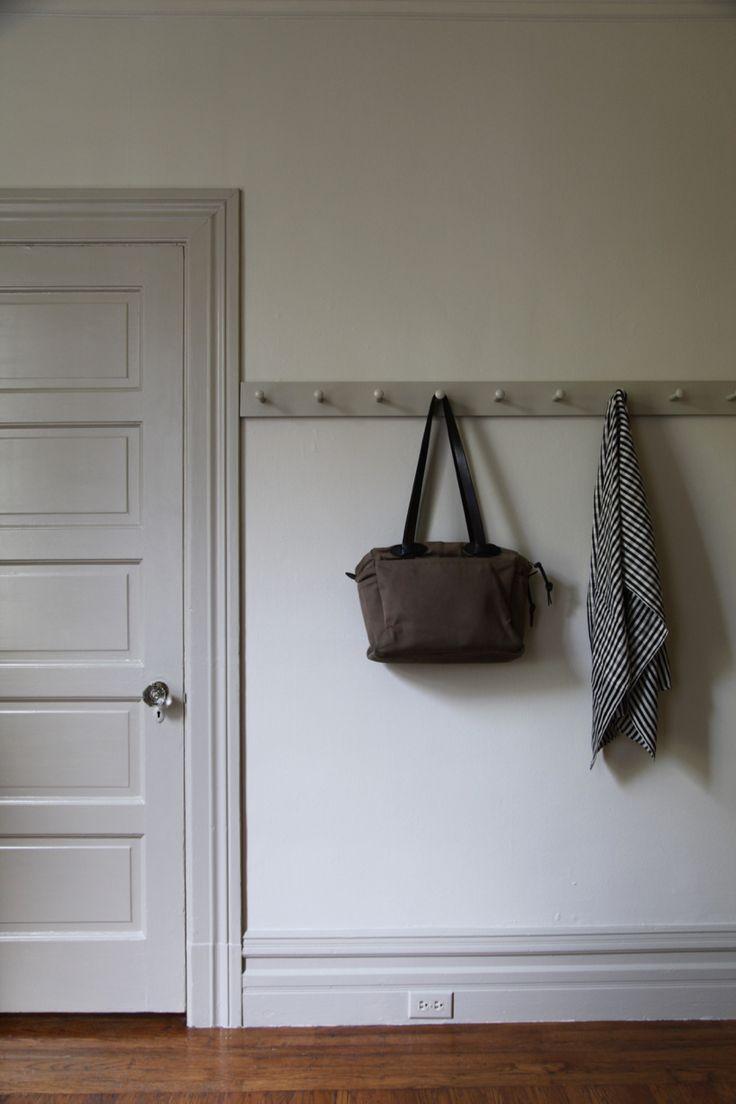 Серая деревянная дверь