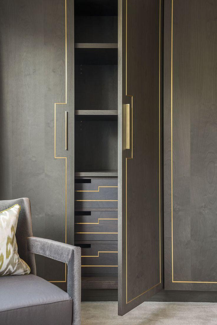 Серые двери из дерева в гардеробную