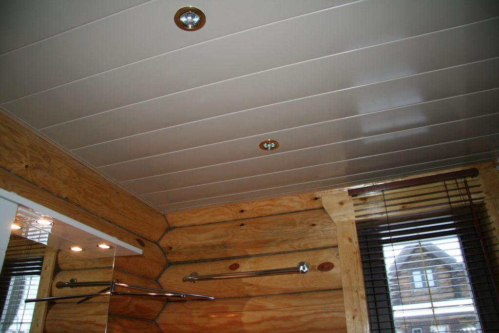 Потолок из ПВХ панелей в деревянном доме