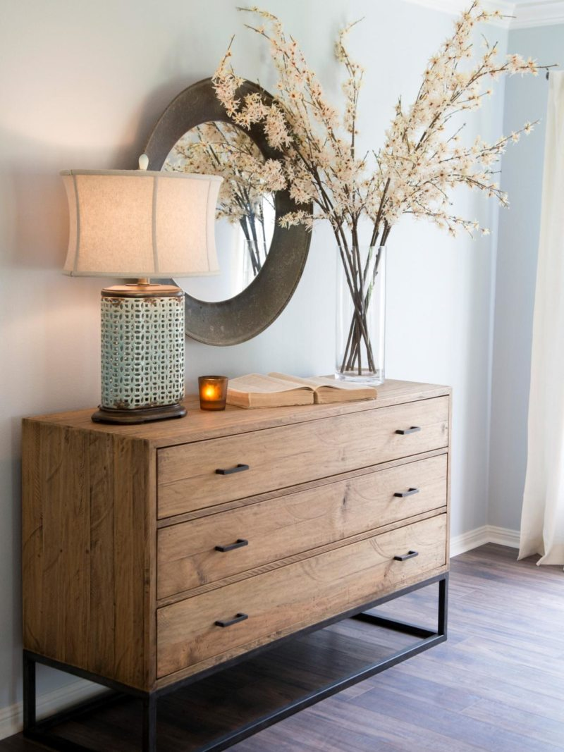 Деревянный комод в гостиную
