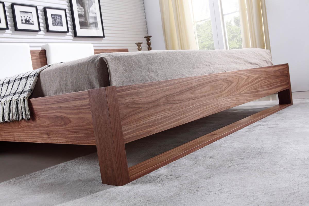 Кровать из орехового дерева