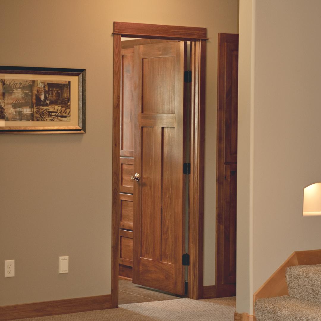 Деревянная дверь в ванную