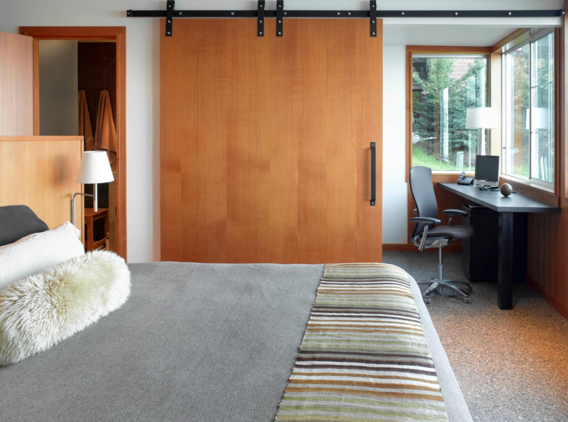 Деревянная дверь в спальню
