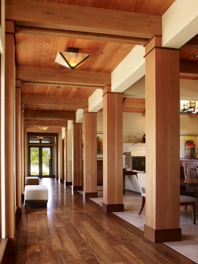 Деревянный потолок в прихожей