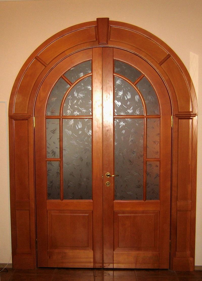 Арочная дверь из дерева