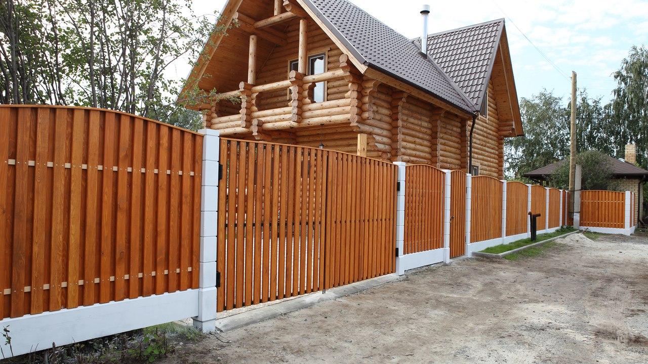 Забор из штакетника из дерева