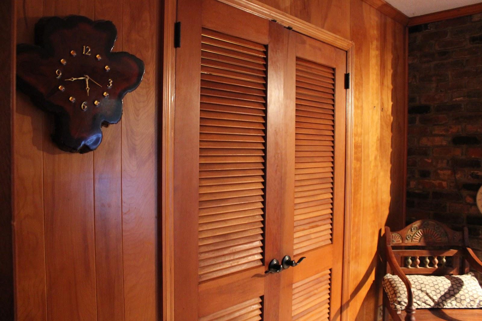 Жалюзийная деревянная дверь
