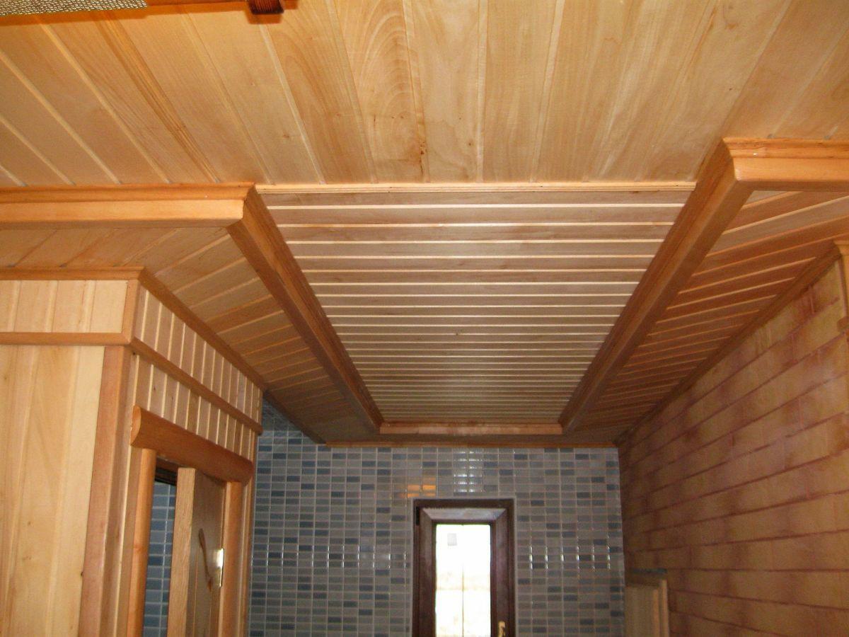 Деревянный потолок в бане