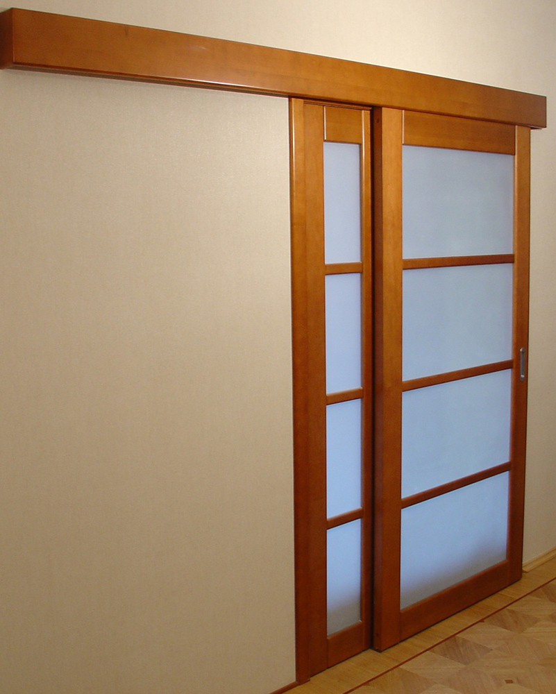 Откатная деревянная дверь