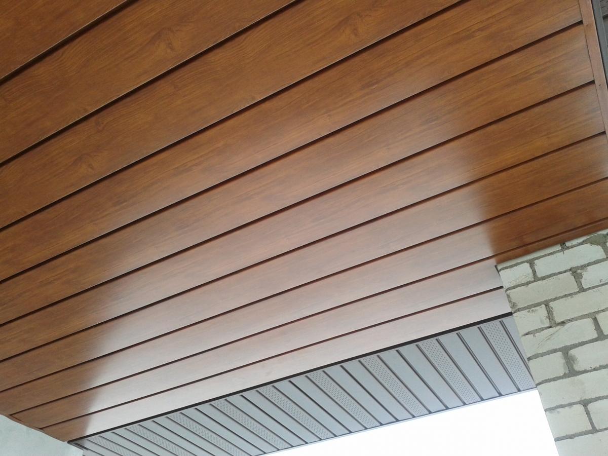 Деревянные панели на потолке