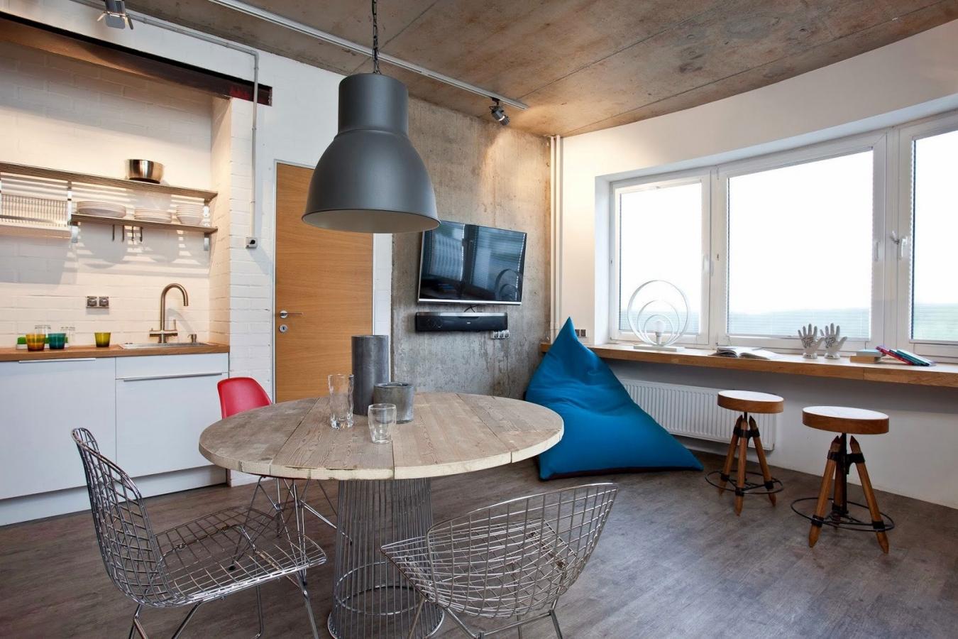 Деревянный стол-подоконник