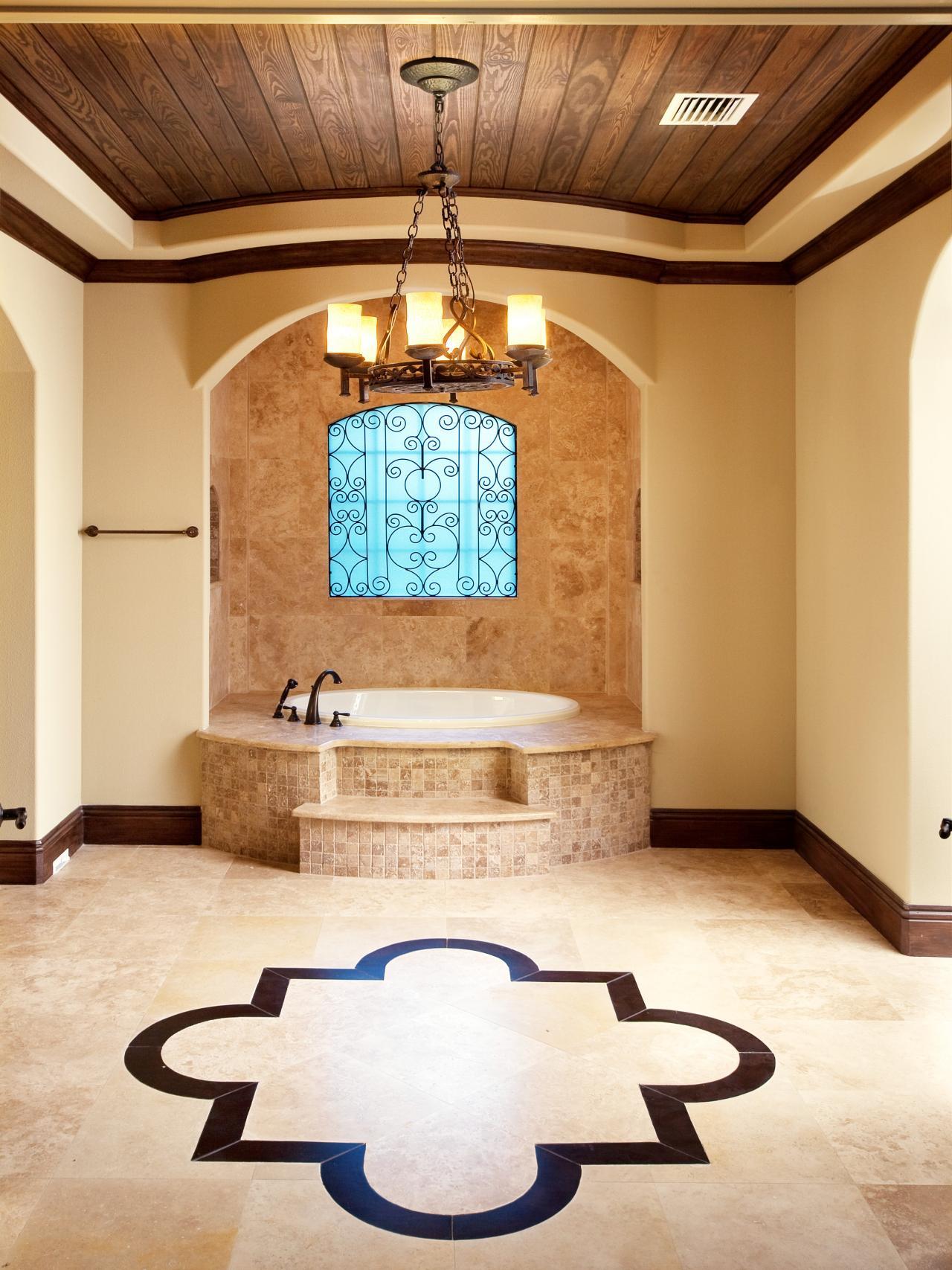 Коричневый потолок из дерева в ванной