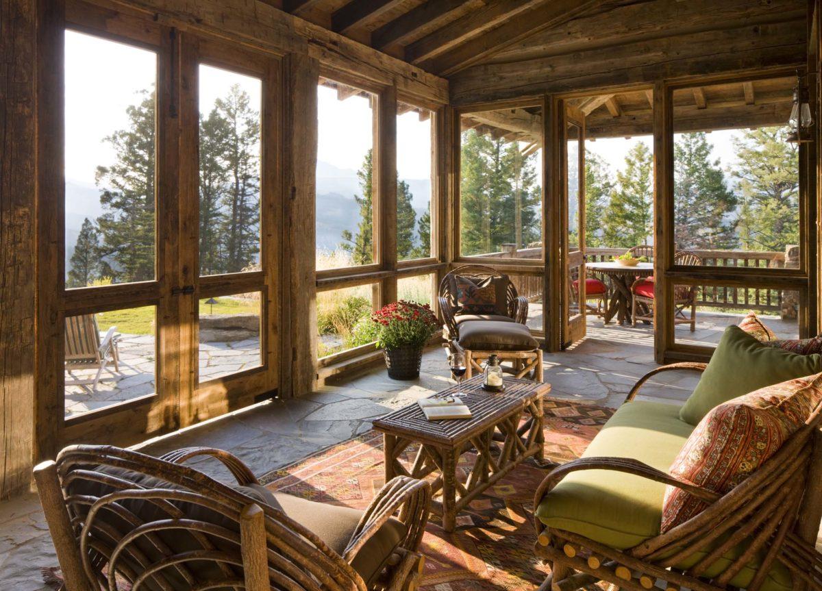 Деревянный потолок на веранде