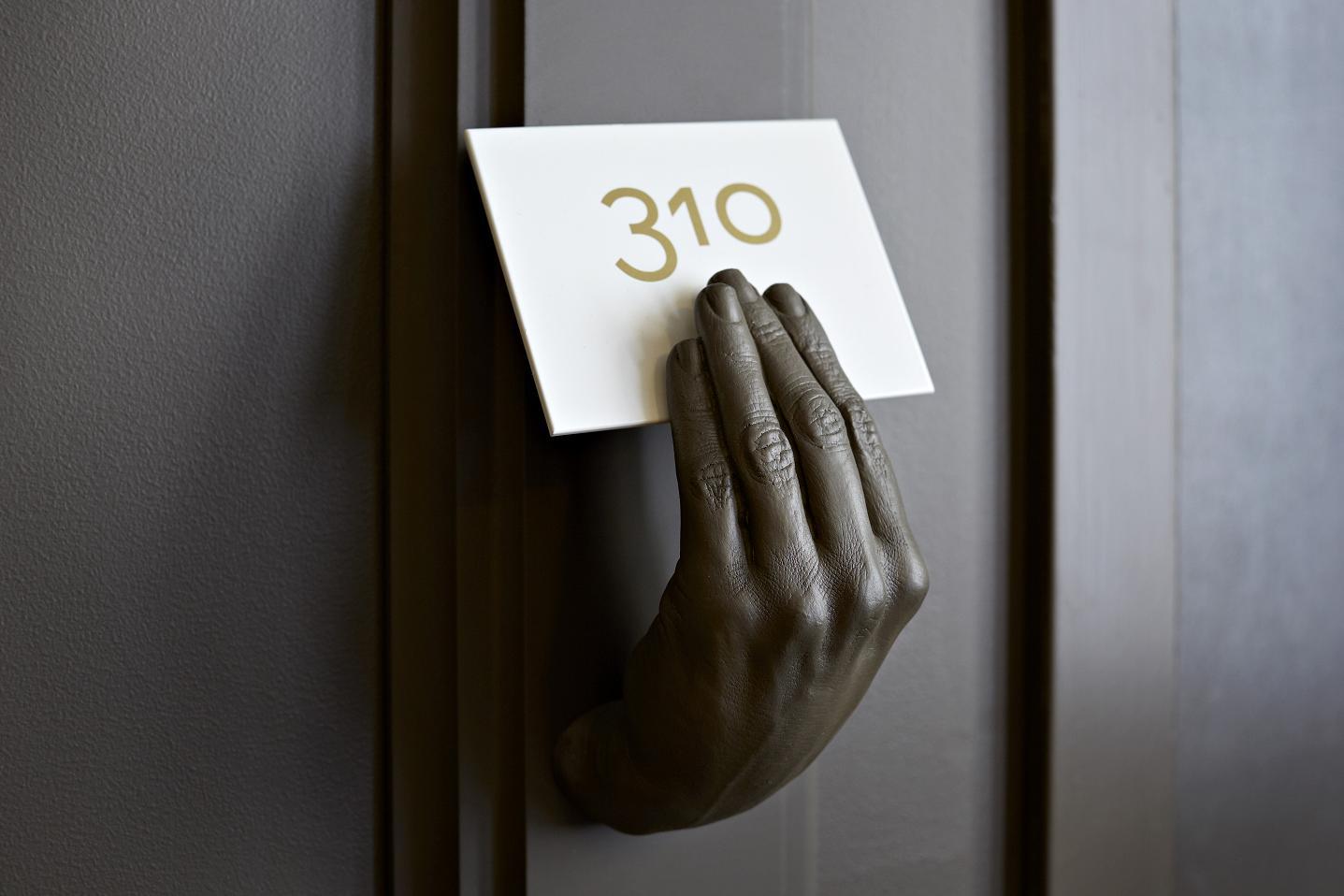 Номер на дверь квартиры — маленькая, но важная деталь (27 фото)