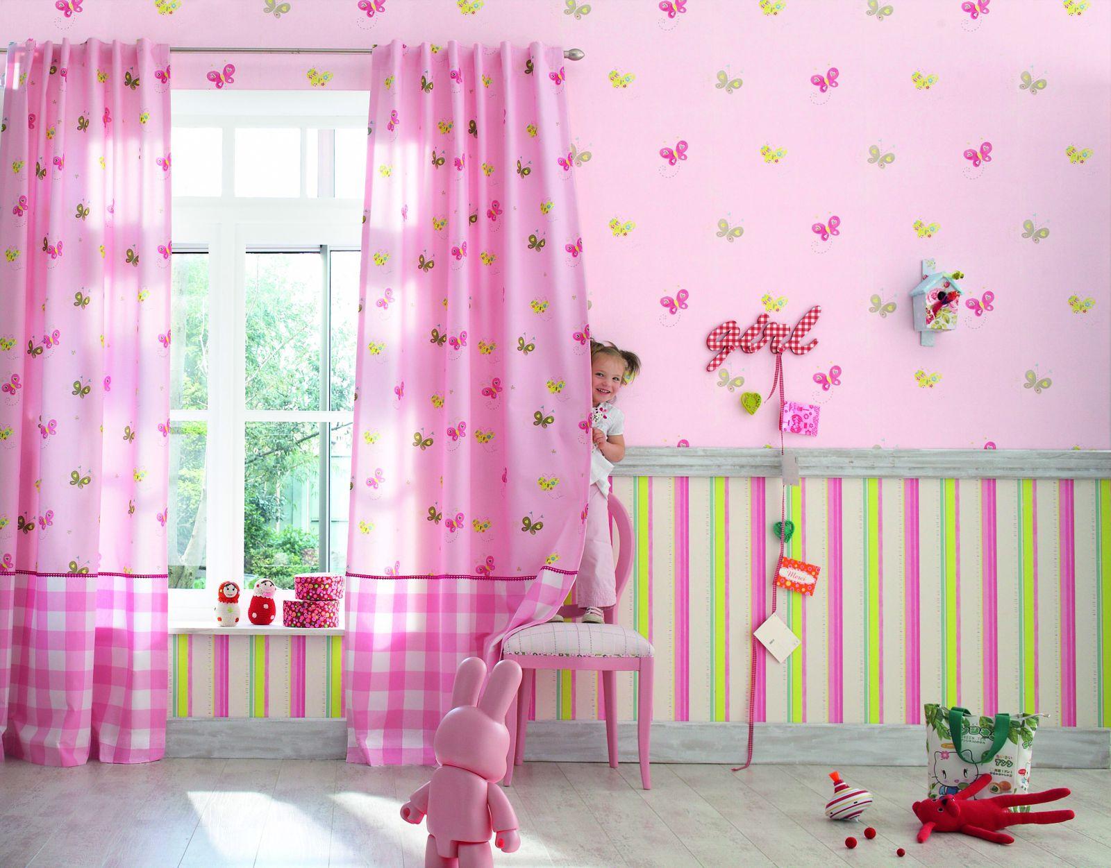 Розовые обои в детской