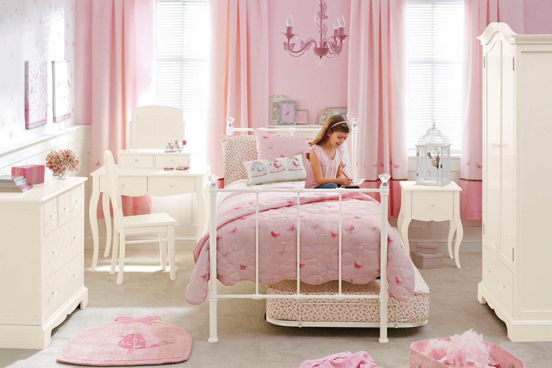 Розовые шторы в комнате для девочки