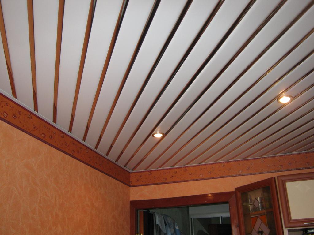 Диагональный потолок из ПВХ панелей