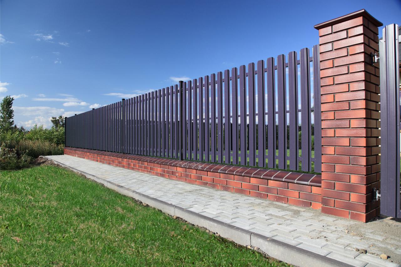 Забор из штакетника для дома