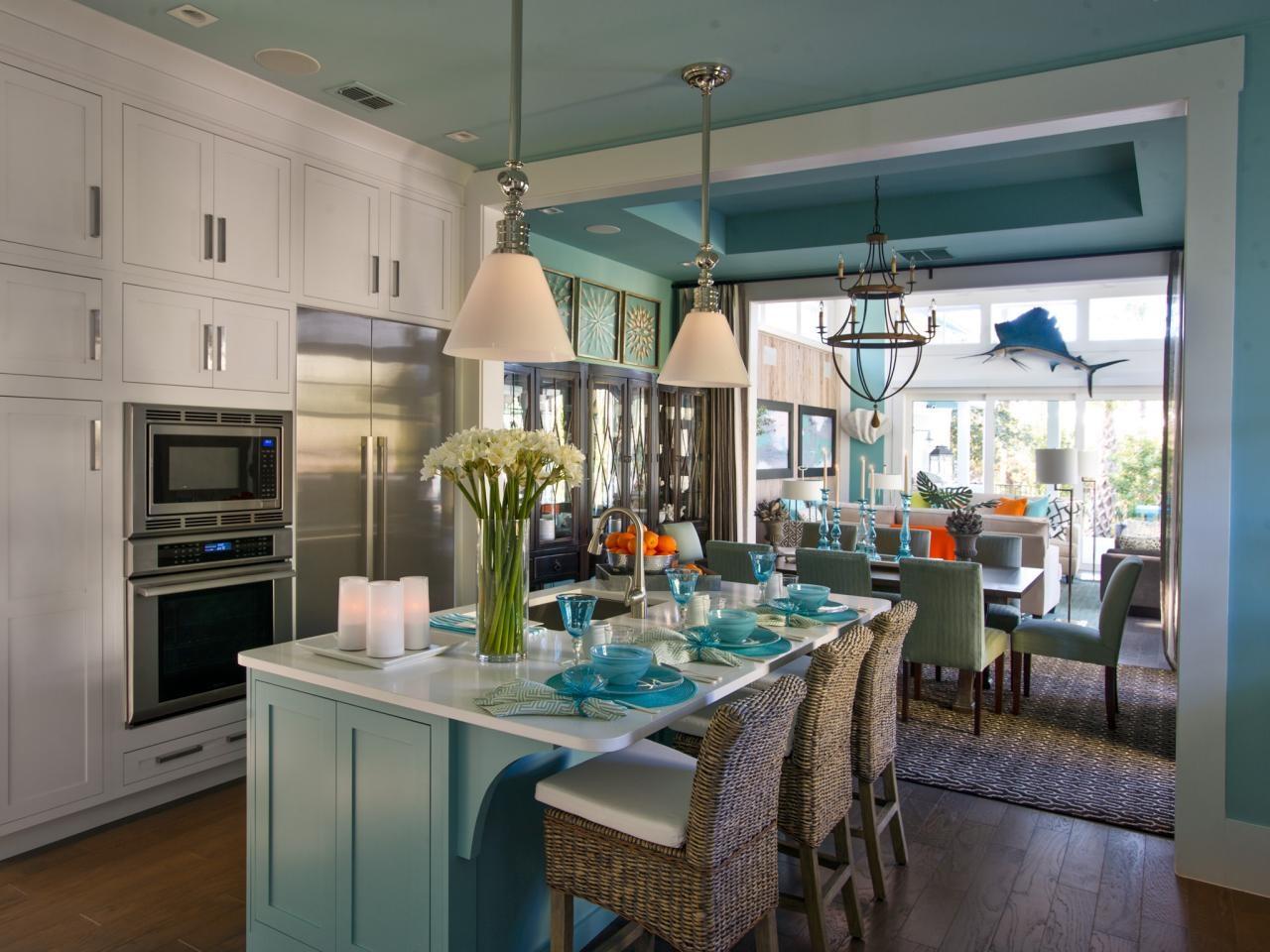 Голубой потолок в интерьере дома
