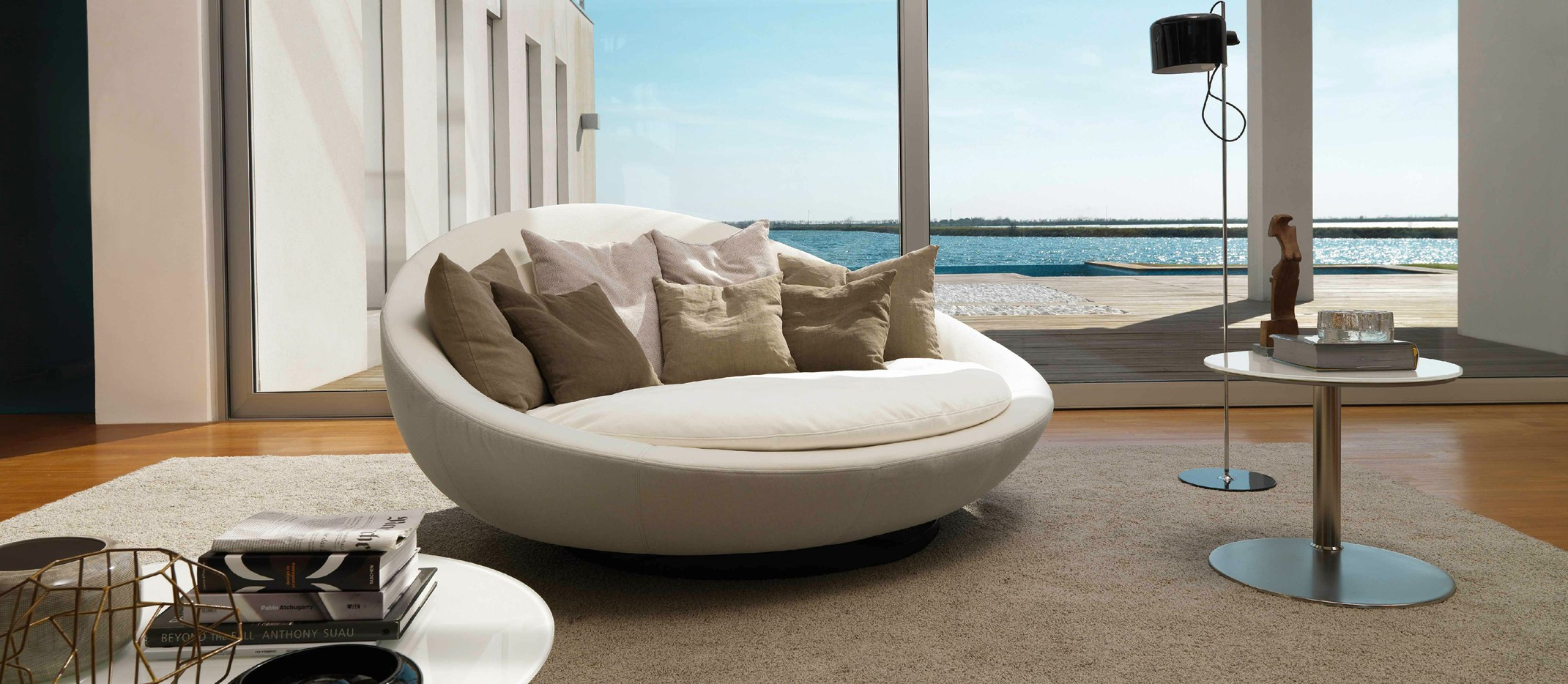 Круглый диван в интерьере дома