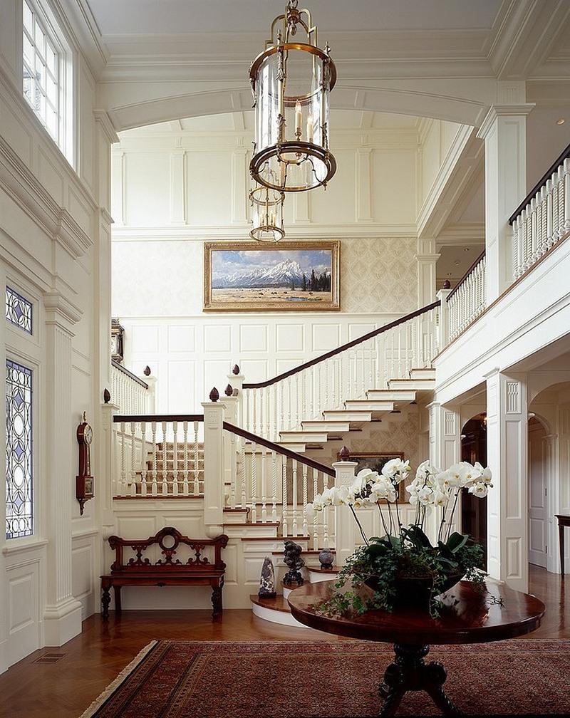 Прихожая в классическом стиле в доме