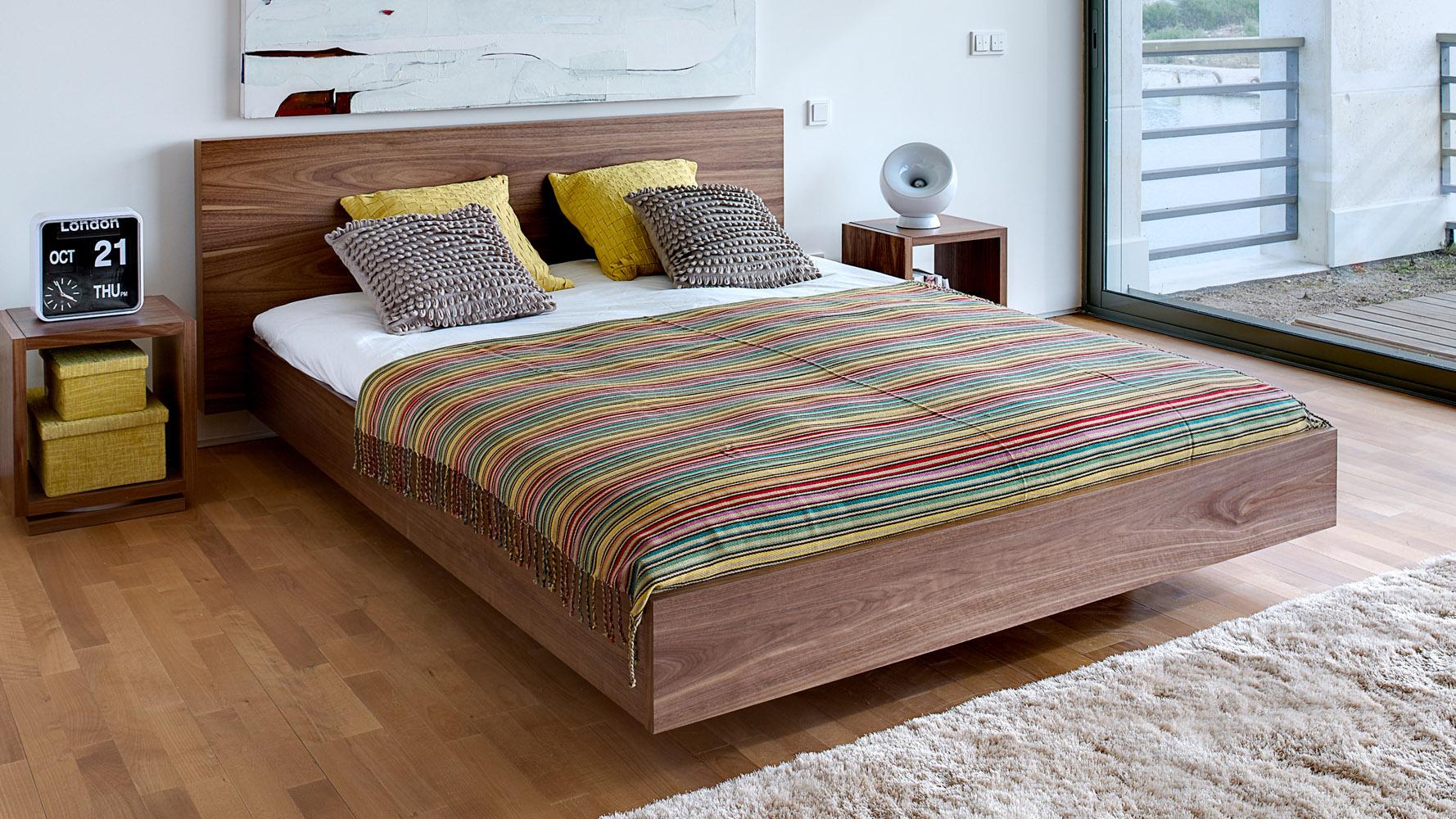 Кровать из ореха в доме