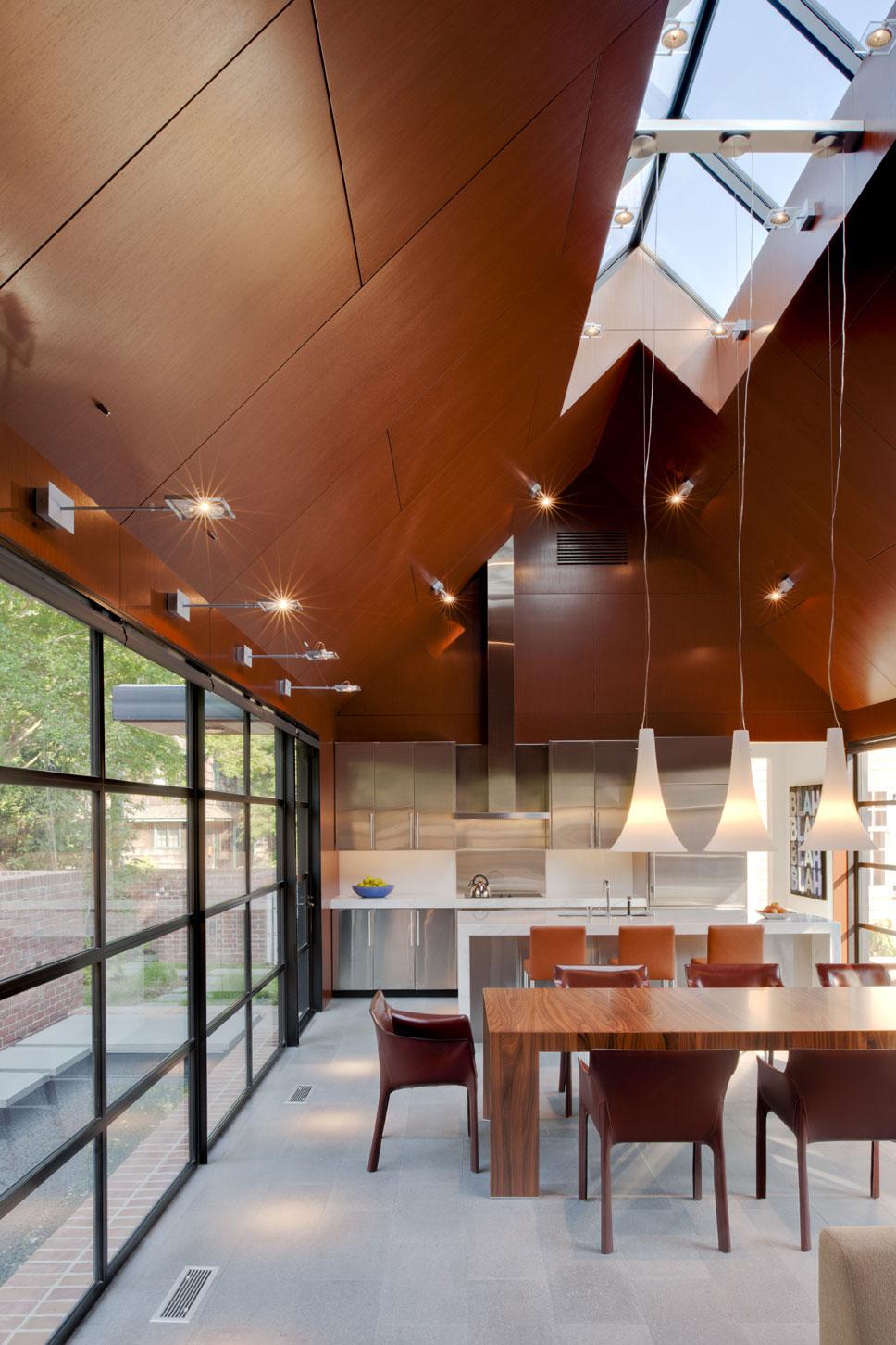 Коричневый потолок в доме