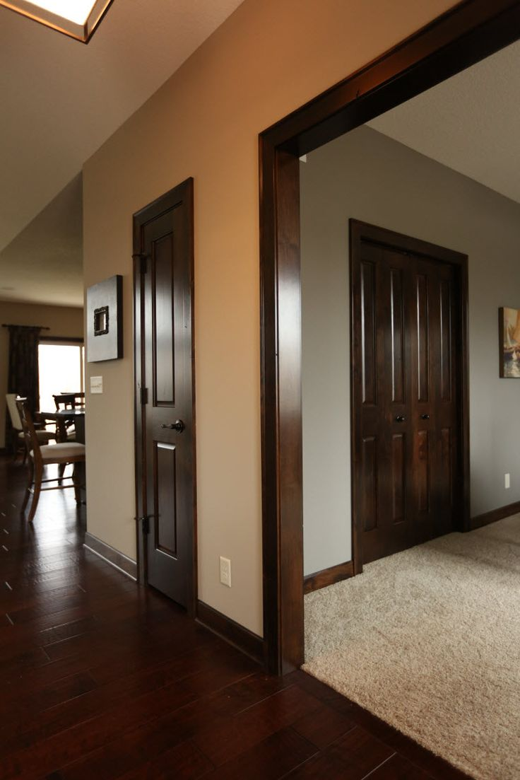 Коричневая дверь в доме