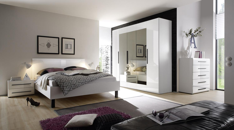 Глянцевая спальня в доме