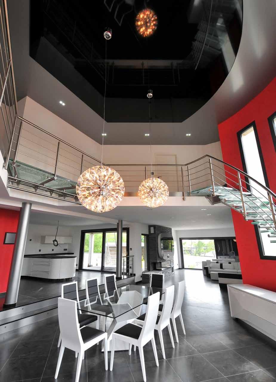 Двухцветный потолок в доме