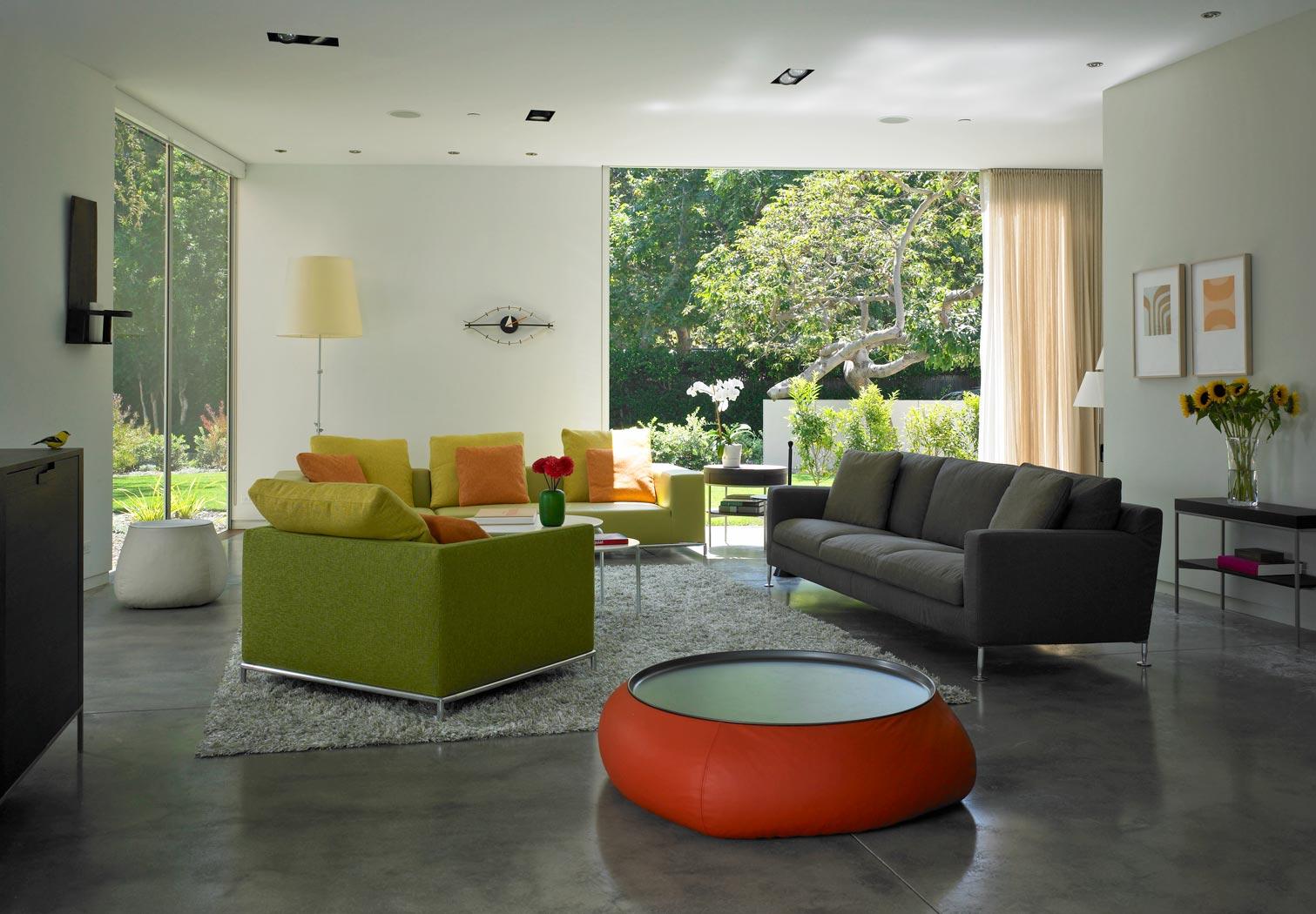 Серый диван в доме