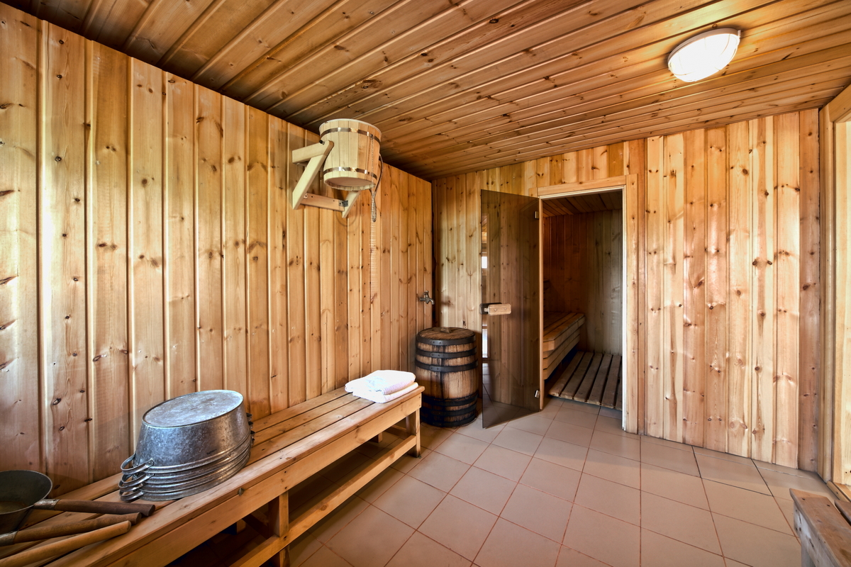Потолок в бане из досок