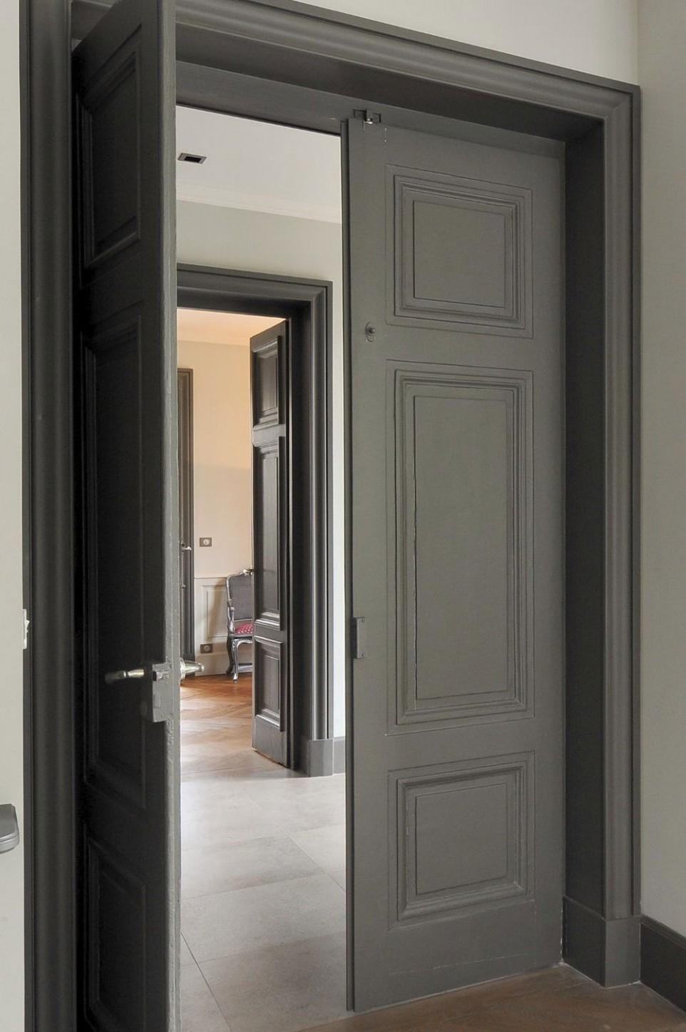 Серая двойная дверь