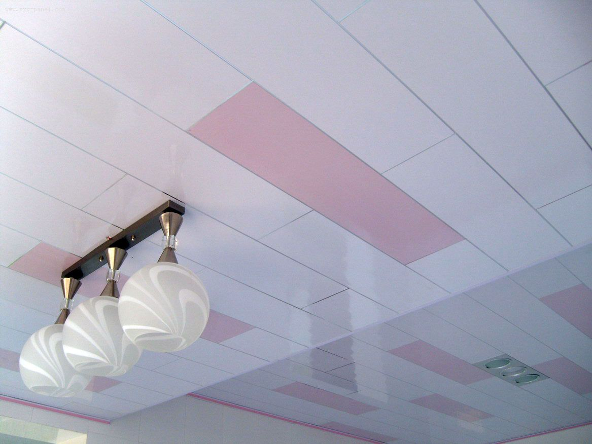 Двухцветный потолок из панелей ПВХ