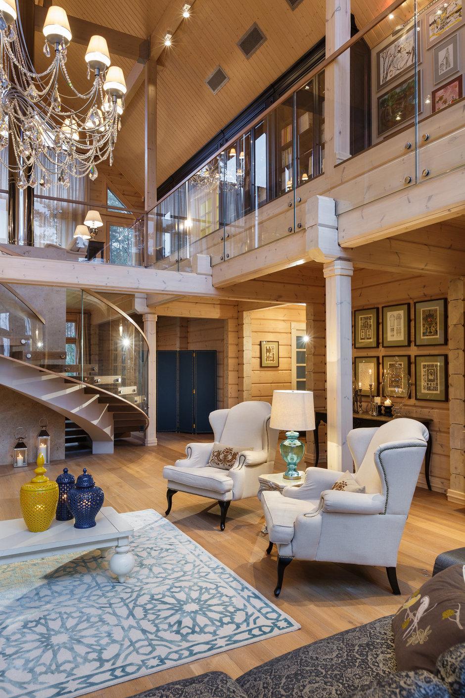 Гостиная в эклектичном стиле на даче
