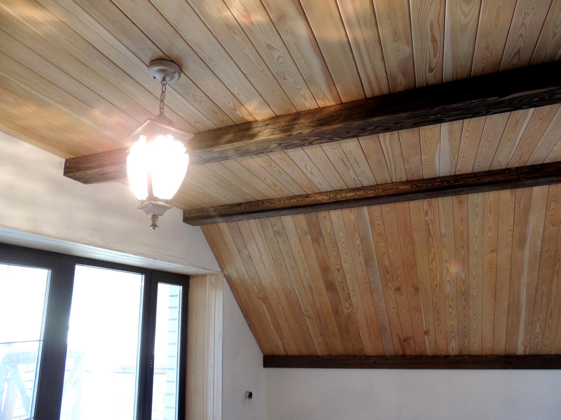 Потолок из еловой вагонки
