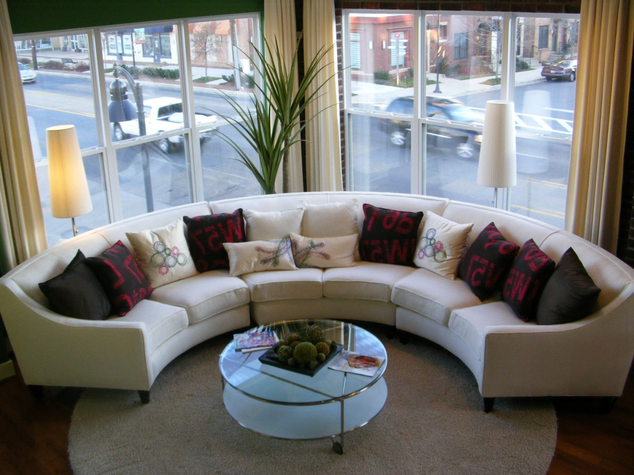Круглый эркерный диван