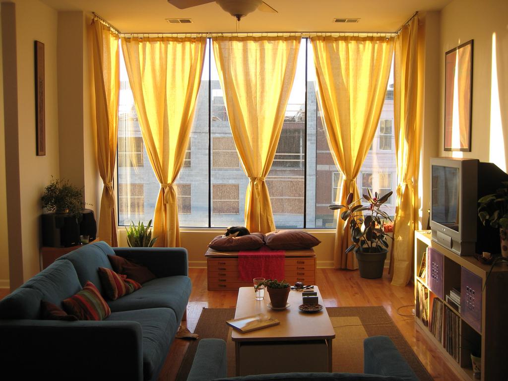 Желтые шторы на эркерном окне