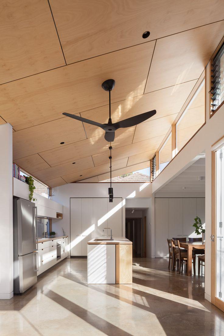 Коричневый потолок из светлой фанеры