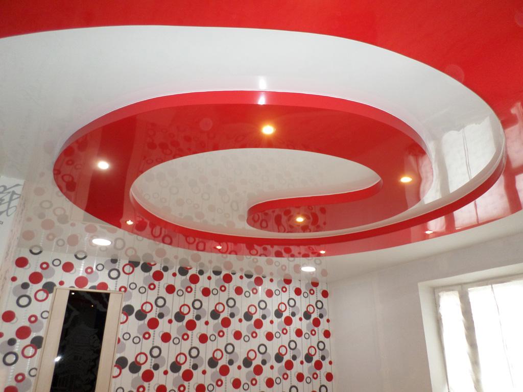 Фигурный красный потолок