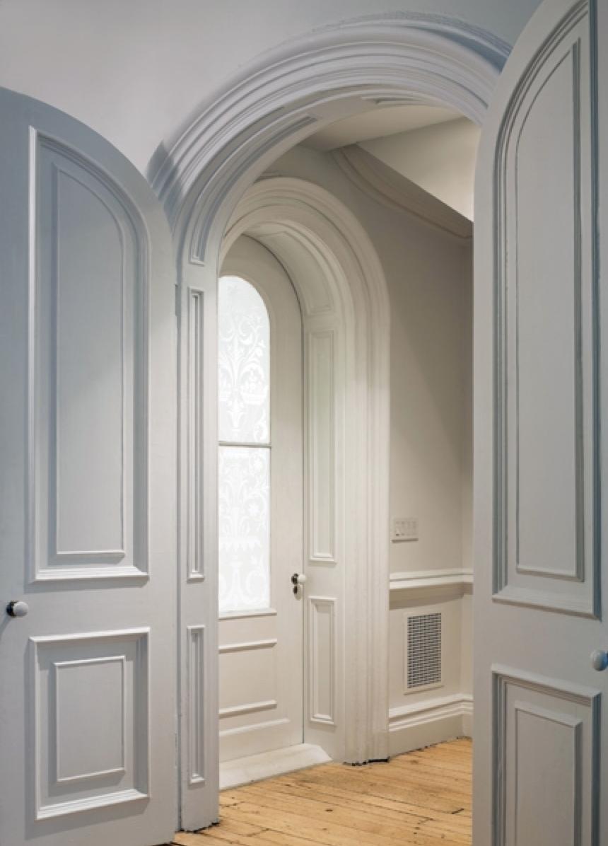Арочная филенчатая дверь