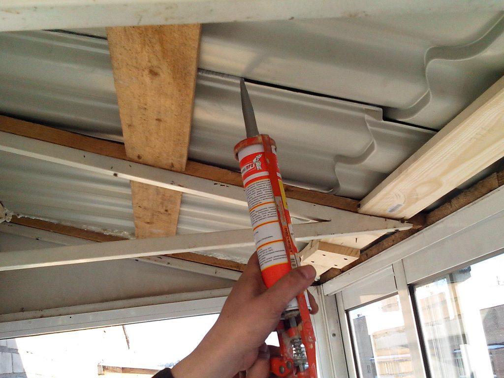 Заделка трещин на потолке герметиком