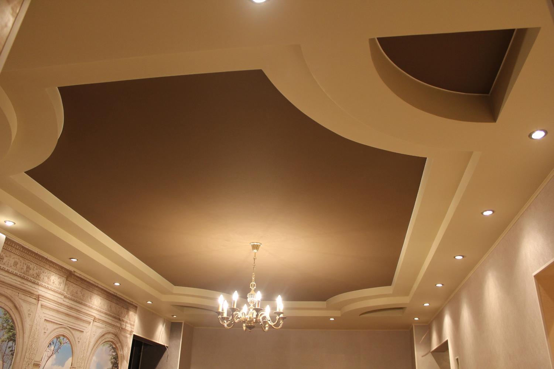 Коричневый потолок из ГКЛ