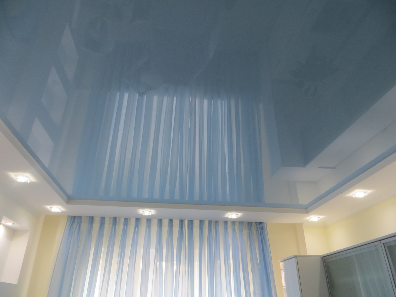 Голубой глянцевый потолок