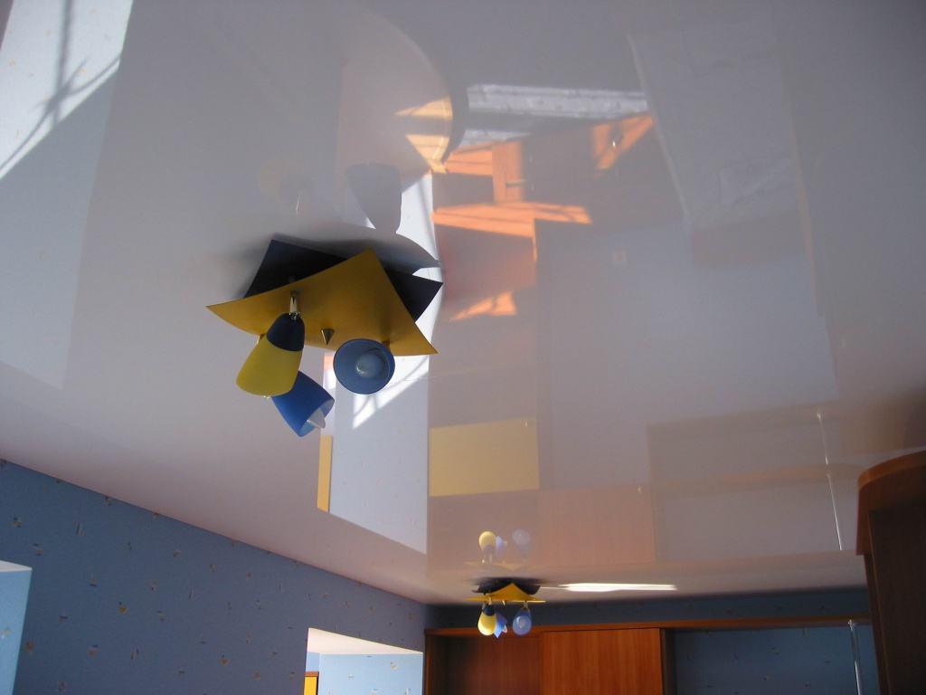 Бесшовный глянцевый потолок