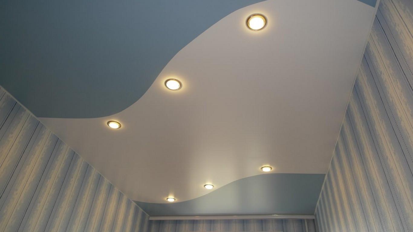 Двухцветный бело-голубой потолок