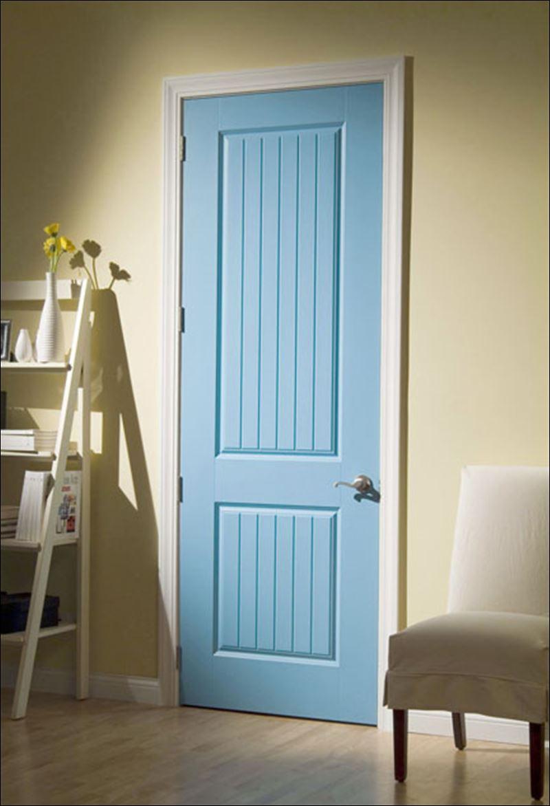 Светло-голубая дверь в интерьере