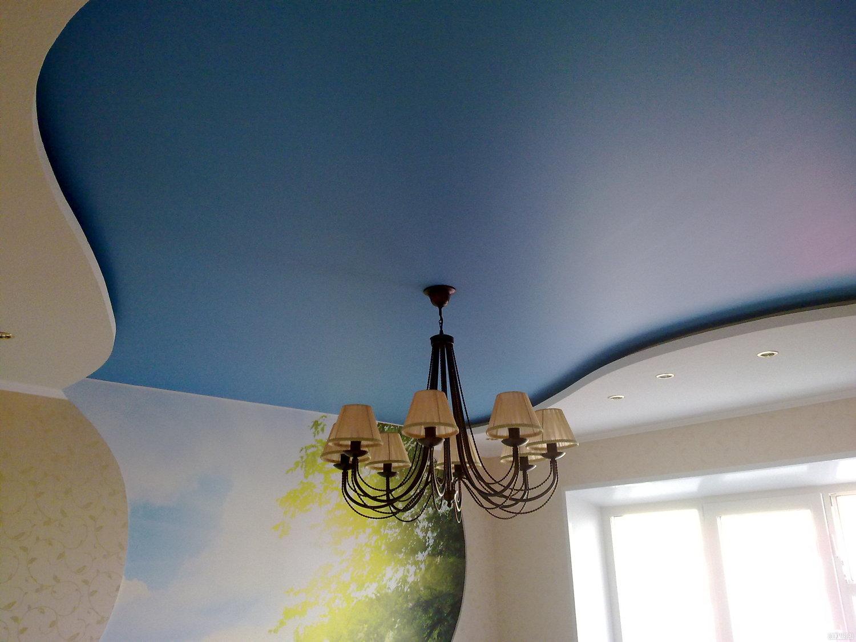 Сатиновый голубой потолок