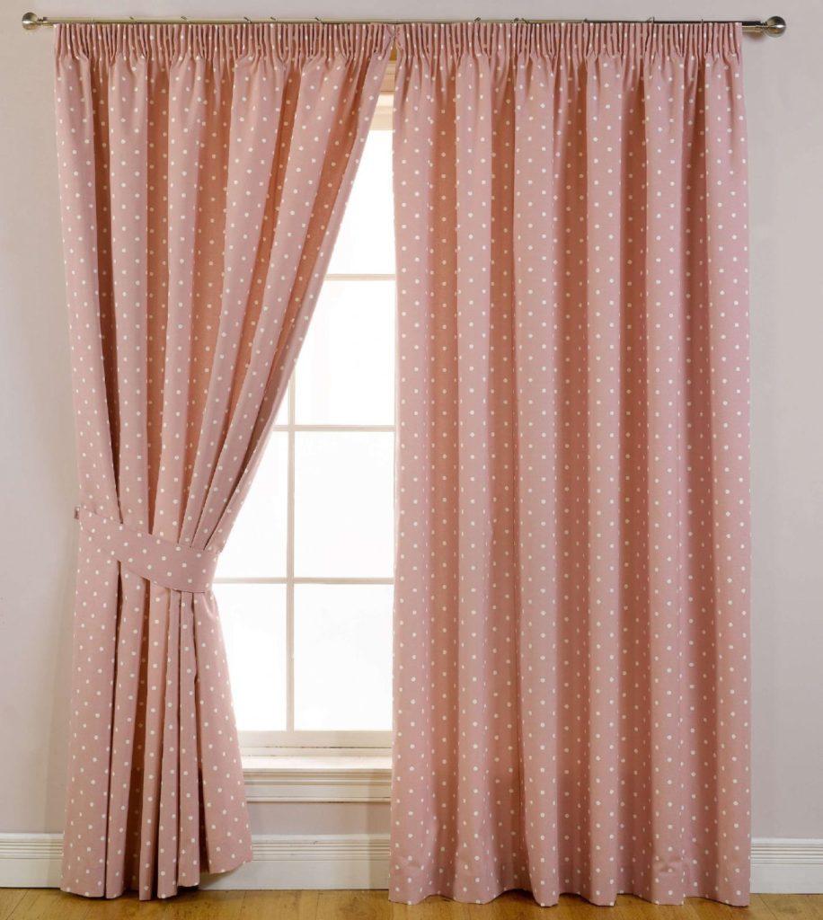 Розовые шторы в горошек