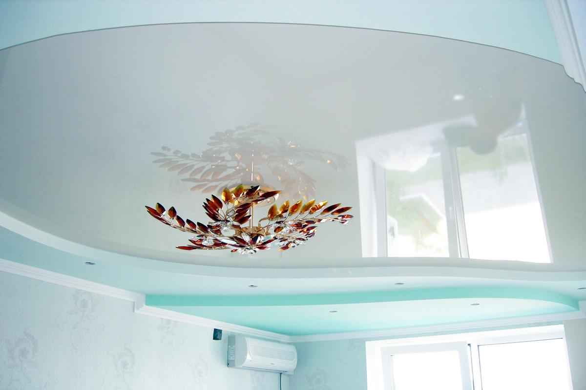 Слив воды с глянцевого натяжного потолка в гостиной